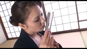 Hot Japanese people cougar makes her restricted pussy sperm by masturbating