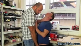Buff bi stud gets blowjob