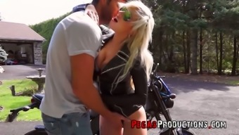 Canadian juggy biker bitch Vyxen Steel gives outdoor blowjob and gets laid in broad daylight