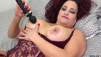 Thick MILF Amanda Ryder has amazing time with her new vibrator